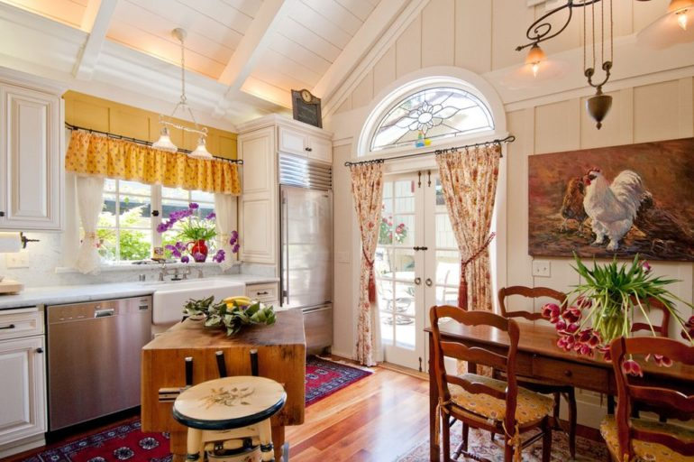 На фото показано, что шторы в стиле кантри могут быть как длинными так и короткими, и даже в одной комнате отличаться по цвету