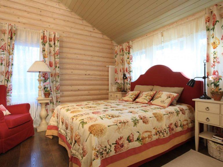 В спальне, где самое место романтики можно использовать ткань для штор с изображением цветов