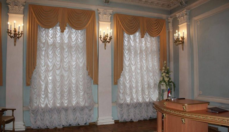 Французскими шторами зачастую украшают залы для проведения торжественных мероприятий