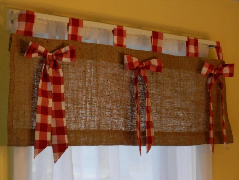 Деревенские шторы украсят яркие декоративные элементы