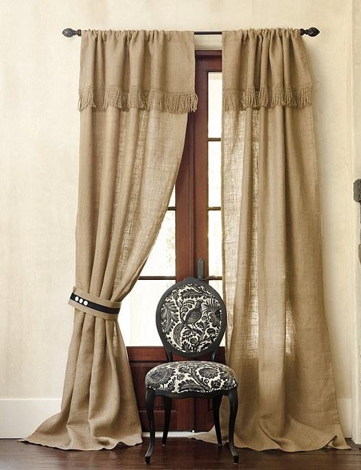 Для прованса характерна простота кроя и присутствие дополнительных украшений