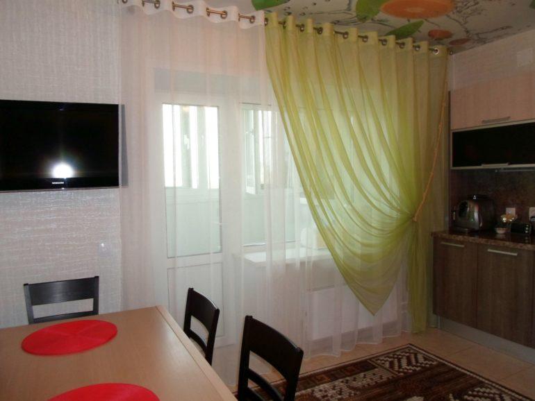 Двухцветная вуаль на кухне преобразит интерьер и создаст двойную атмосферу