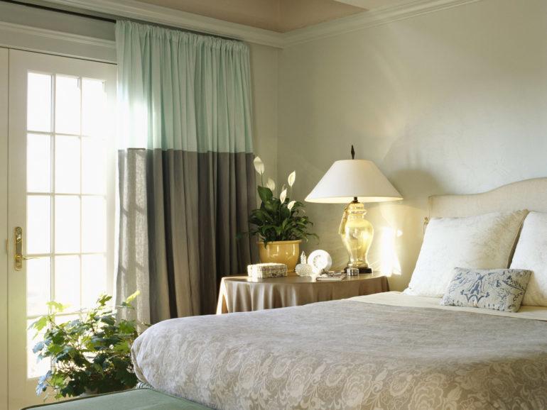 Двухцветные хлопковые шторы в спальне могут стать стильным украшением, особенно на фоне светлых стен и мебели