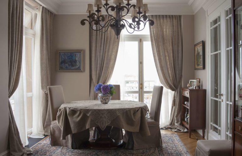 Хорошим аналогом мешковины будут льняные шторы. Эта ткань более податливая в формировании складок и мягких форм