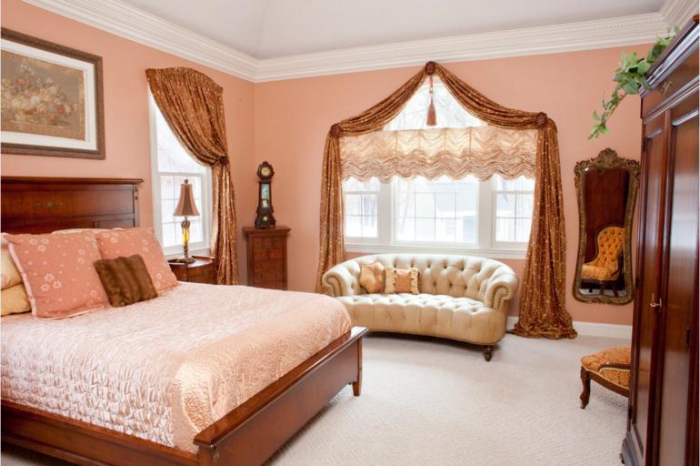 Когда под окном стоит диван или кровать, то короткие французские шторы будут весьма кстати
