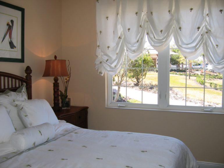 Короткие австрийские шторы в спальне не будут часто загрязняться, что очень выгодно при их использовании