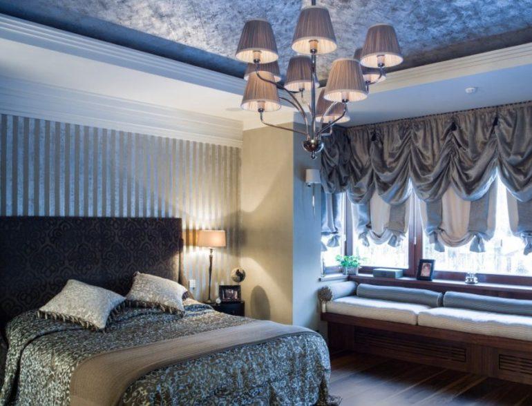 На фото австрийские шторы из тяжелой ткани цвета металлик. Они плотные, а значит защитят спальню от ранних солнечных лучей