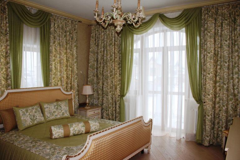 На фото классические шторы в таком же классическом интерьере спальни, где мебель и аксессуары полностью соответствуют задуманной идеи