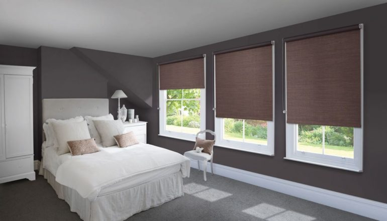 На фото показана игра контрастов - белоснежная кровать на фоне темных стен и штор смотрится выгодно и ярко