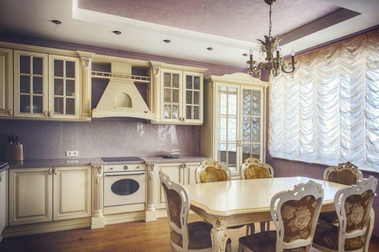 На кухне с дорогой красивой мебелью стильно будет смотреться французский тюль из вуали