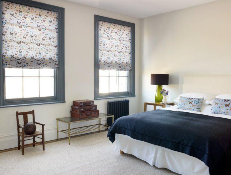 Римские шторы в спальне экономят место и не накапливают много пыли в себе