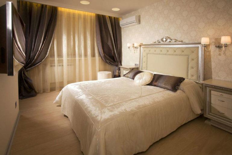 Сочетание шторной ткани с другим текстилем, подушками например, объединяет интерьер