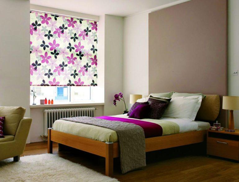 Сочетание цвета рулонных штор с мелкой деталью интерьера смотрится стильно и необычно
