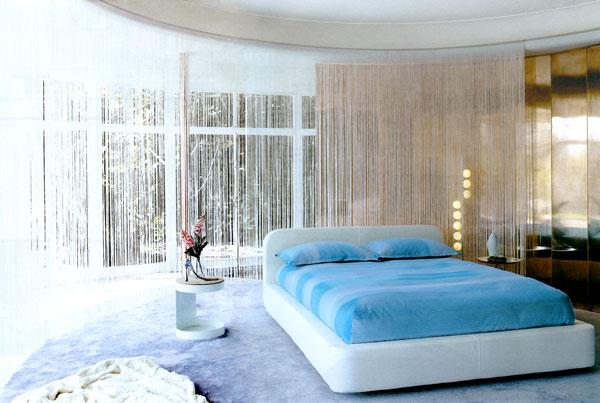 Современные дизайны спален любит неординарные решения, шторы кисея как раз подходят в эту категорию