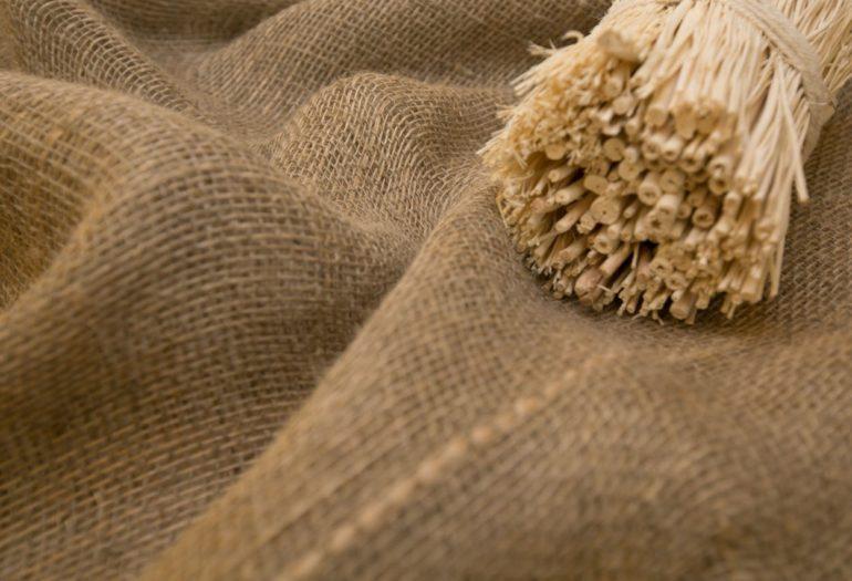 Толстые нити, переплетаясь друг с другом, образуют на ткани рельефную поверхность