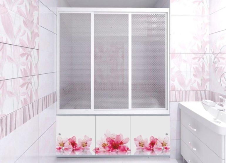 Белый кафель с розовым рисунком