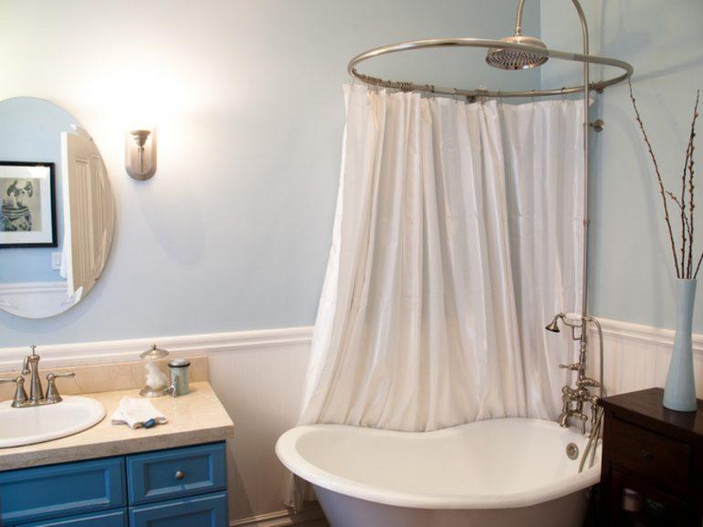 Для маленькой ванны прекрасно подойдет конструкция с круглым карнизом