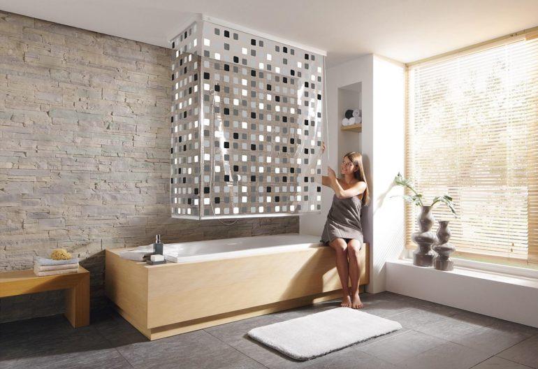 Еще один вариант штор в ванную - это рулонные шторы, закрепленные на потолке