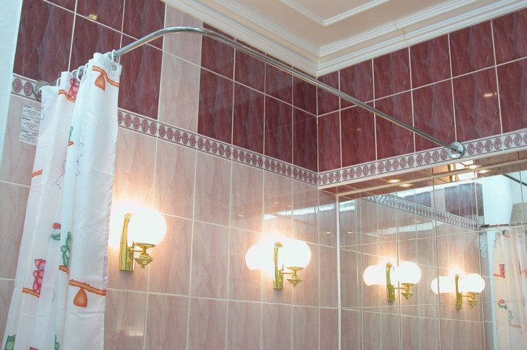 Классический способ крепления штор в ванной на карниз