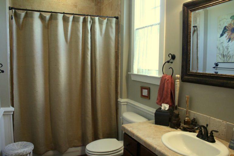 На фото штора подобрана под цвет интерьера, что объединяет всю обстановку