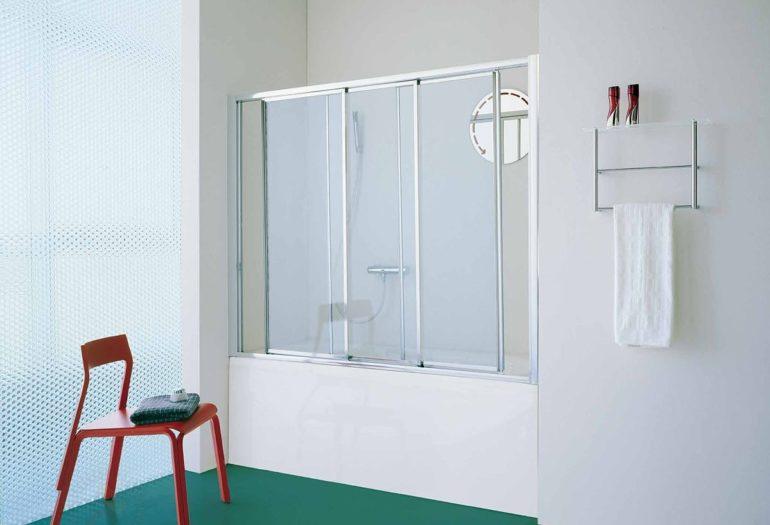 Раздвижные шторы очень компактны и занимают мало места, что актуально для малеьнкой ванны