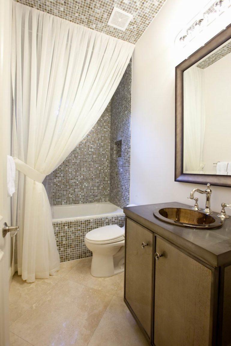 Шторы для ванной в непривычном для нас виде тоже могут украшать комнату и защищать пол от воды