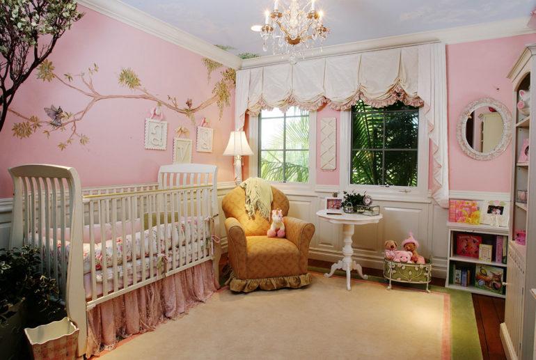 Вот такие австрийские шторы могут украшать покои маленькой принцессы