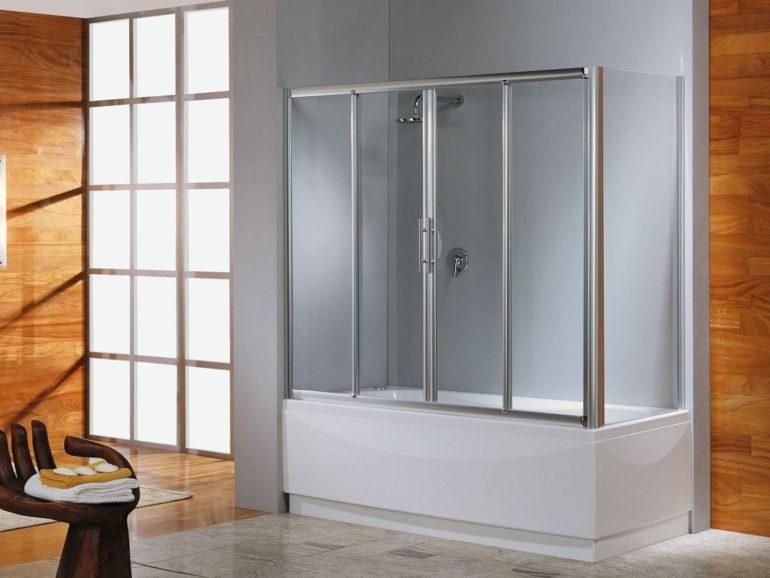 Такая стеклянная конструкция надежно защищает полы и мебель в ванной от намокания